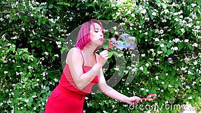 A menina mostra uma mostra de bolhas de sabão grandes video estoque