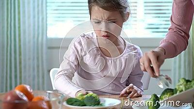 A menina não quer comer vegetais e não gostar do gosto dos brócolis e dos espinafres filme