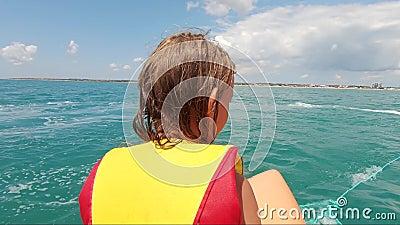 Menina na atração hídrica durante as férias de verão filme