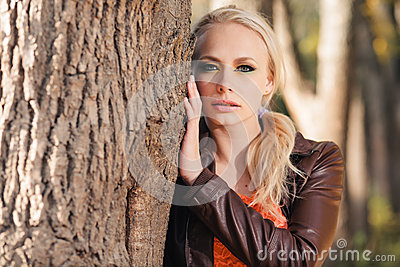 Menina na floresta do outono