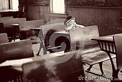 Menina na mesa antiga da escola