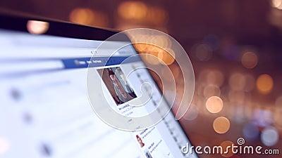 A menina no café olha uma página de Facebook 4K 30fps ProRes vídeos de arquivo