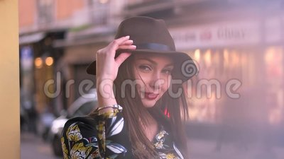 Menina no chapéu na rua vídeos de arquivo