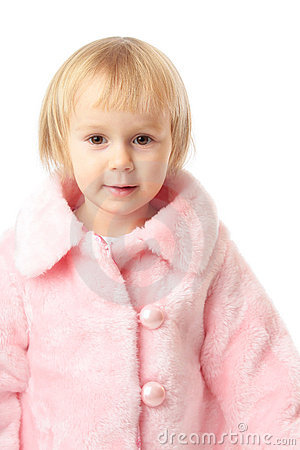 Menina no revestimento cor-de-rosa
