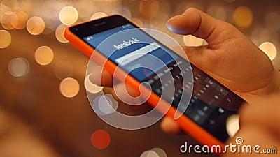 A menina no telefone celular vem em redes sociais Facebook 4K 30fps ProRes vídeos de arquivo