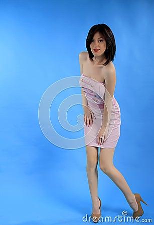 Menina no vestido  sexy  cor-de-rosa