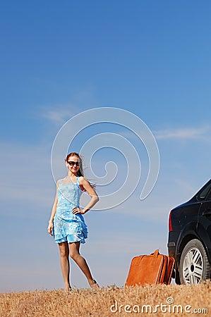 Menina perto do carro