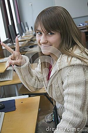 Menina que agradável nova o estudante trabalha com computador