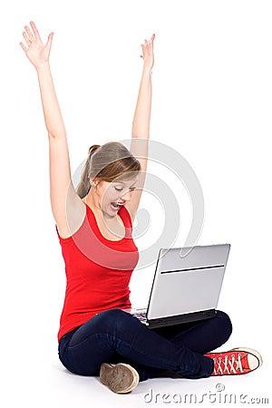 Menina que cheering com portátil