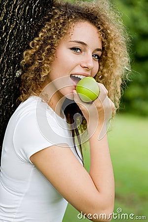 Menina que come Apple