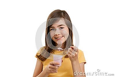 Menina que come o yogurt
