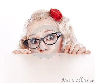 Menina que esconde atrás de uma mesa