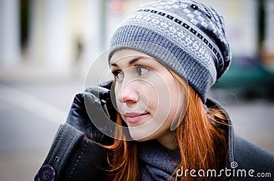 Menina que fala no telefone