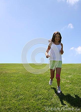 Menina que funciona na grama