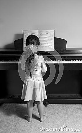 Menina que joga o piano