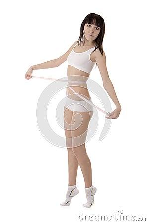 Menina que mede sua cintura