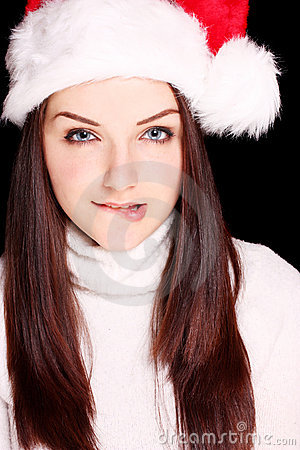 Menina que morde seu bordo que desgasta o chapéu de Santa
