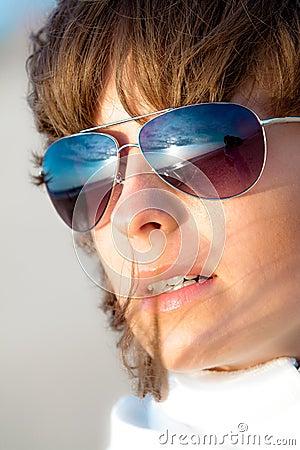 Menina que olha fixamente no por do sol