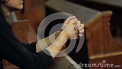 Menina que praying na igreja filme
