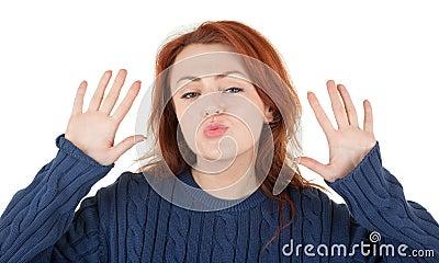 A menina Red-haired está tentando manter-se morno