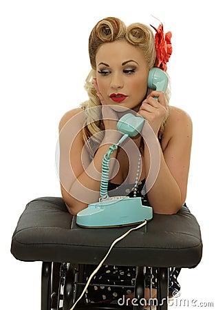 Menina retro que fala no telefone