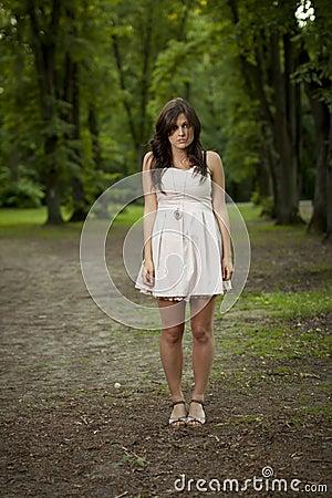 Menina sozinho na madeira