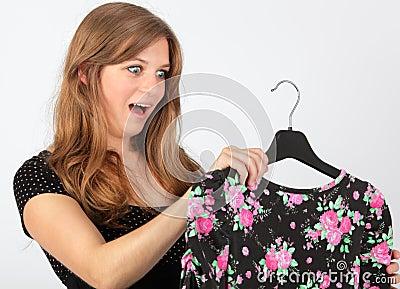 Menina surpreendida que olha fixamente no vestido