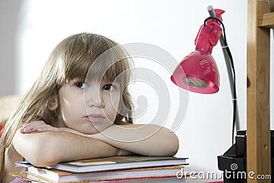 Menina Tired que faz trabalhos de casa