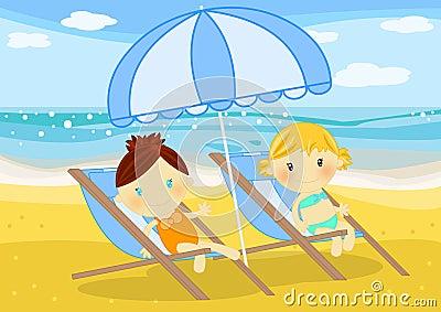 Meninas assentadas em deckchairs no beira-mar