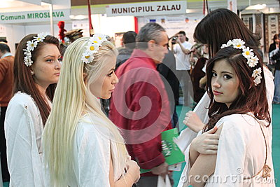 Meninas no turismo romeno justo Foto de Stock Editorial