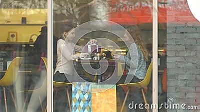 Meninas com um presente em um café filme