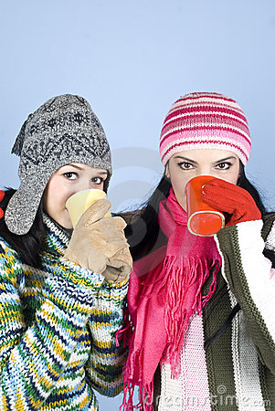 Meninas dos melhores amigos com bebida quente