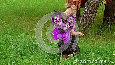 Meninas em fantasias de borboleta caminhando no gramado filme