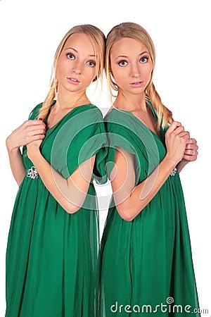 Meninas gêmeas 2 lado a lado