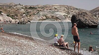 Mening over het strand dichtbij Aphrodite Rock stock footage
