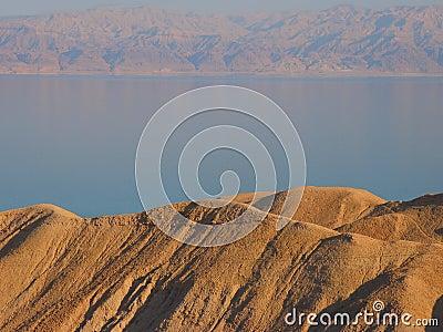 Mening van Dode Overzees met de Bergen van Jordanië op de achtergrond