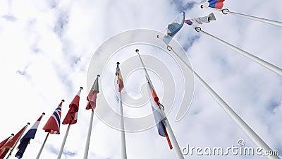 Mening van onderaan van de golvende Russische helft-mast van de Federatievlag stock footage