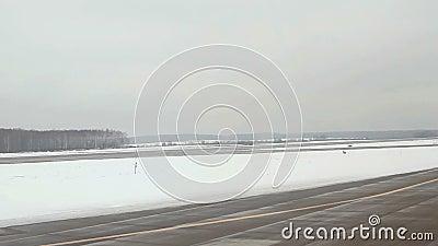 Mening van vliegtuig aan de Internationale luchthaven van Domodedovo stock videobeelden