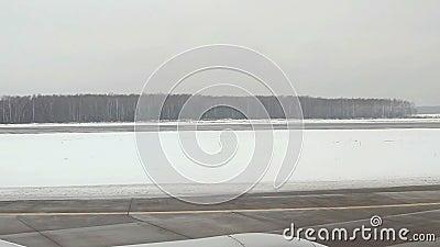 Mening van vliegtuig aan de Internationale luchthaven van Domodedovo stock video
