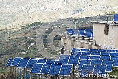 Mening van zonnepanelen in de bergen Madonie