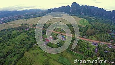 Mening in Vang Vieng van Hete Lucht Baloon stock footage
