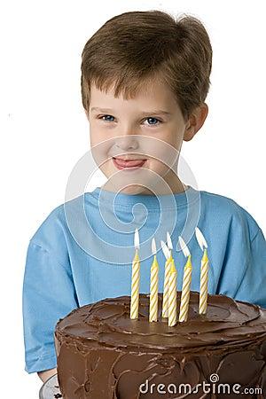 Menino com bolo de aniversário