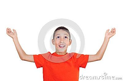 Menino com mãos levantadas