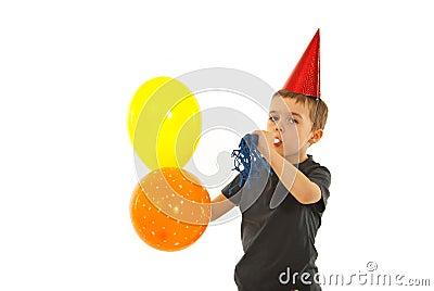 Menino da criança do partido com fabricante do ruído