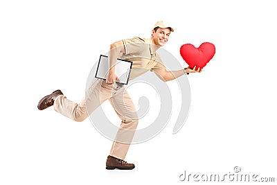 Menino de entrega que entrega o objeto dado forma coração