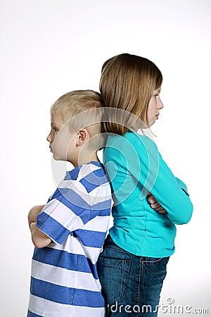 Menino e menina após a discussão