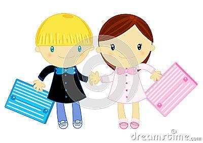 Menino e menina que desgastam o pinafore da escola preliminar
