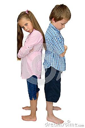 Menino e menina tristes, de volta ao pose traseiro no branco