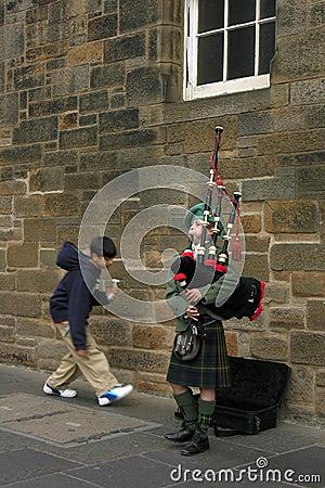 Menino em Edimburgo, músico do tocador de gaita-de-foles da rua Foto Editorial