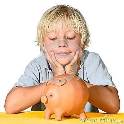 Menino louro com banco piggy